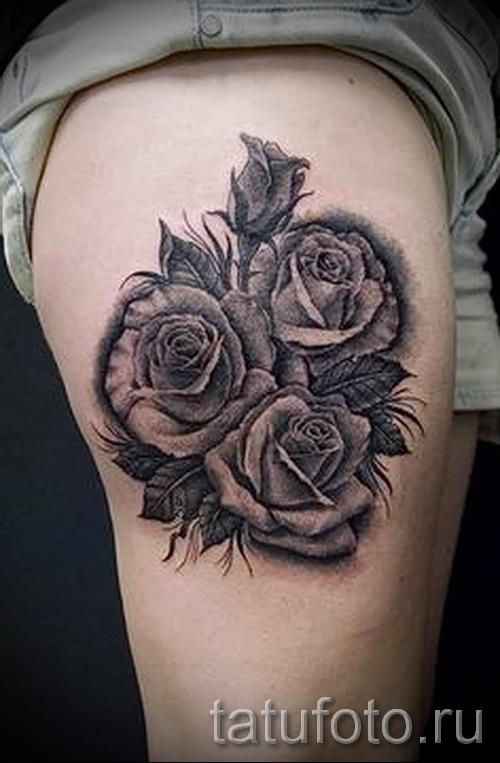 Тату черная роза на ноге возле попы у девушки