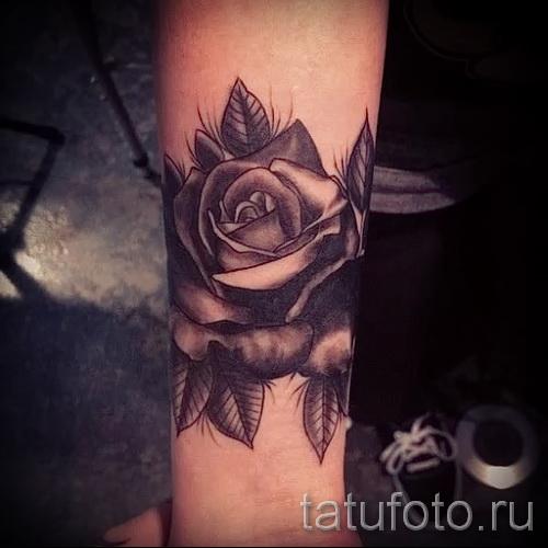 Тату черная роза на предплечье