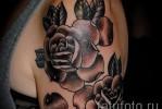 Тату черная роза с листиками на плече