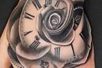 Тату черная роза с часами на руке (кулак)