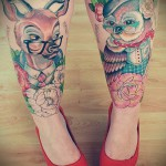 Фото нью скул тату - олень и сова на ноги для девушки