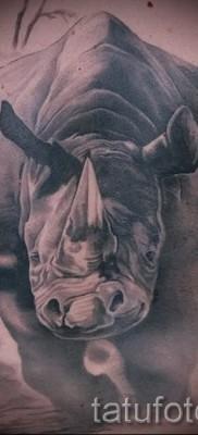 Фото пример тату носорог – вариант с бегущим животным в атаке