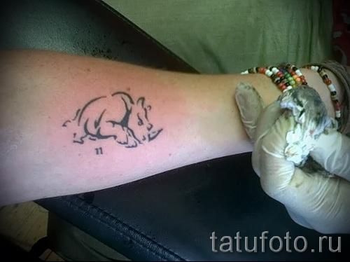 Фото пример тату носорог - маленькая тату линиями на руку