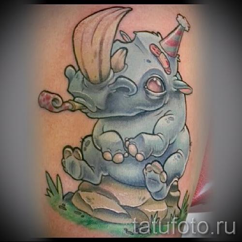 Фото пример тату носорог - смешная карикатурная татуировка