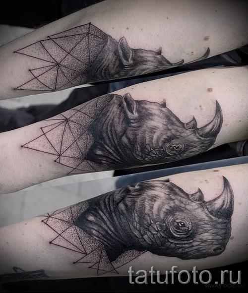 Фото пример тату носорог - стильная татуировка на мужскую руку