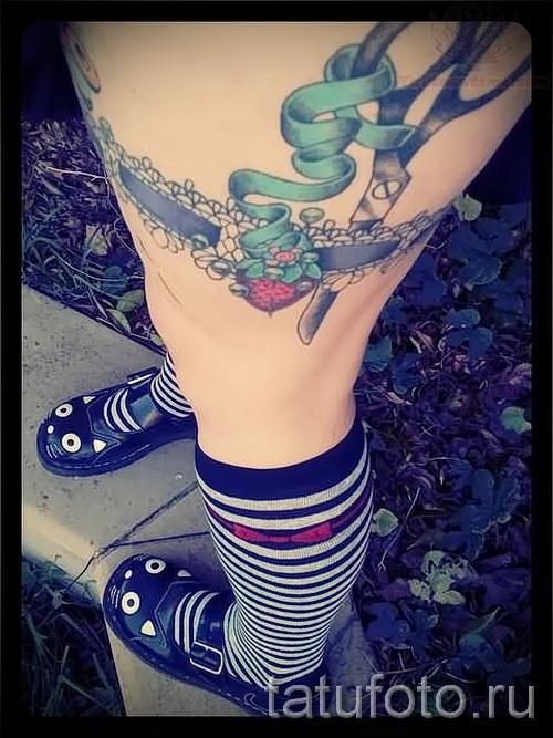 Фото с татировкой подвязкой для девушки 10
