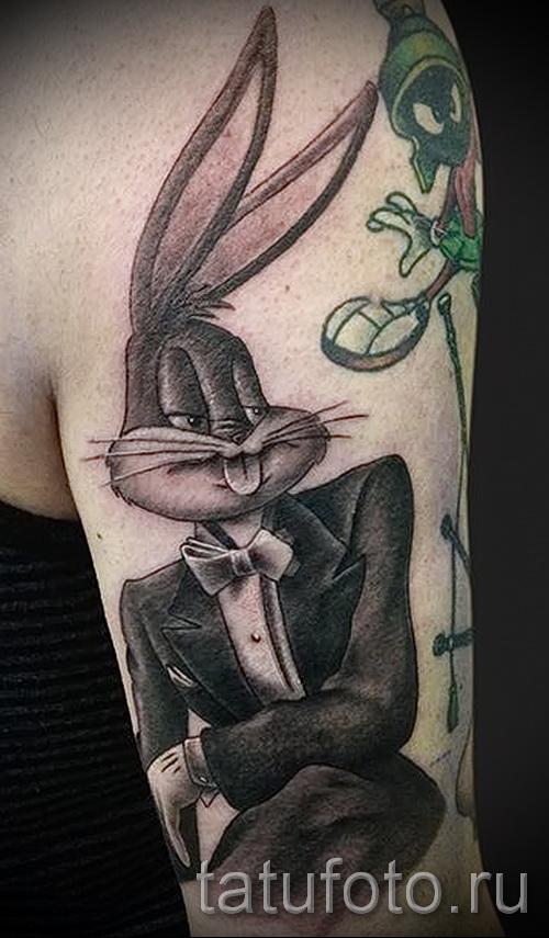 Фото татуировки с кроликом бакс банни в костюме - персонаж из мультика