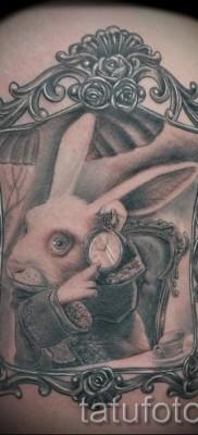 Фото татуировки с кроликом и часами – кролик отражается в зеркале