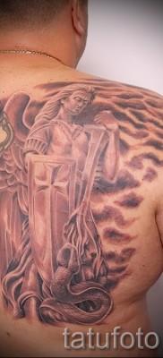Фото тату архангел Михаил вариант с крестом и щитом на правой лопатке у мужчины