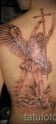 Фото тату архангел Михаил на пол спины