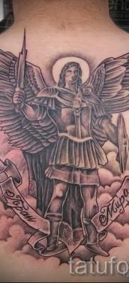 Фото тату архангел Михаил на спине у мужчины между лопатками