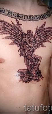 Фото тату архангел Михаил по середине груди у мужчины