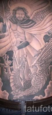 Фото тату архангел Михаил разит змея копьем – татуировка крупного размера на всю спину для мужчины