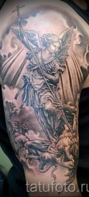 Фото тату архангел Михаил с копьем – тату на руке и плече у парня