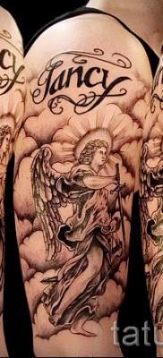 Фото тату архангел Михаил с облаками и надписями