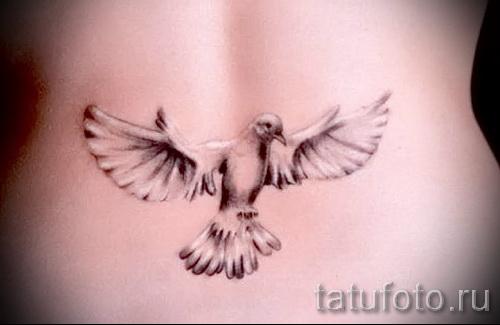Фото тату голубь выше попы у девушки (на пояснице)