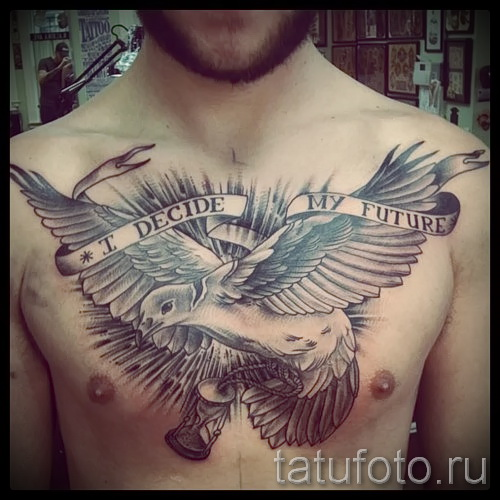 Фото тату голубь и лента с надписями на всю грудь для мужчины