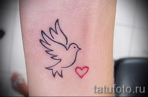 Фото тату голубь и сердечко на запястье у девушки