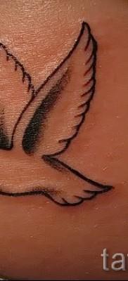 Фото тату голубь с веточкой и красное сердечко на пояснице (бок возле попки) у девушки