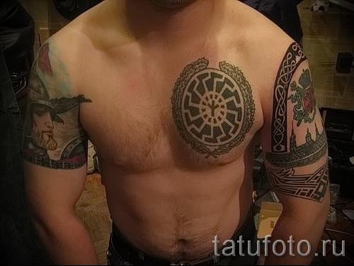 Фото тату коловрат и колоса на правой половине груди мужчины