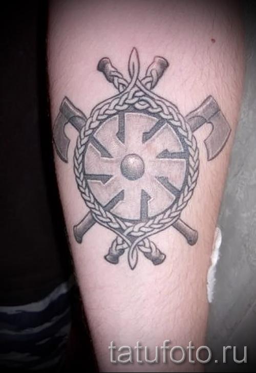 Фото тату коловрат и топоры - татуировка на руке - на предплечье