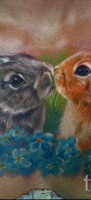 Фото тату кролик и цветы – татуировка на груди