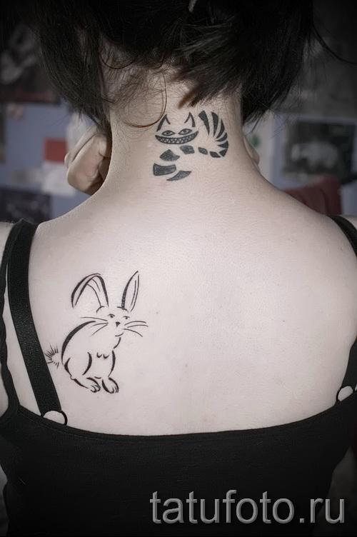 Фото тату кролик на левой лопатке у девушки
