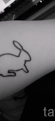 Фото тату кролик – силует на руку