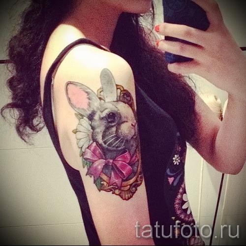 Фото тату кролик с розовым бантиком на плече у девушки