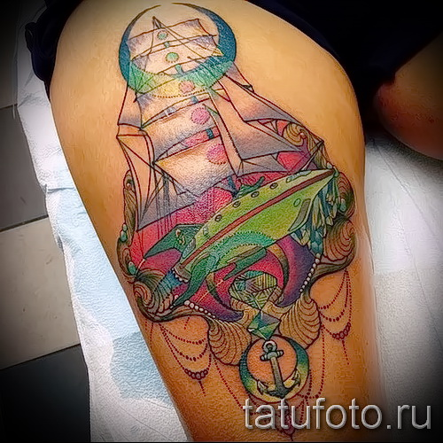Фото тату парусник - цветная работа на ногу сзади