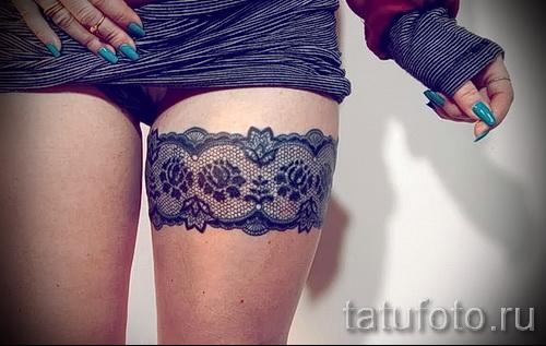 Фото тату подвязка для чулков - красивая работа на стройных женских ногах