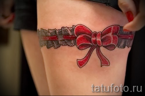 Фото тату подвязка и аккуратный красный бант