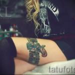 Фото тату подвязка и пистолет - красивая цветная татуировка