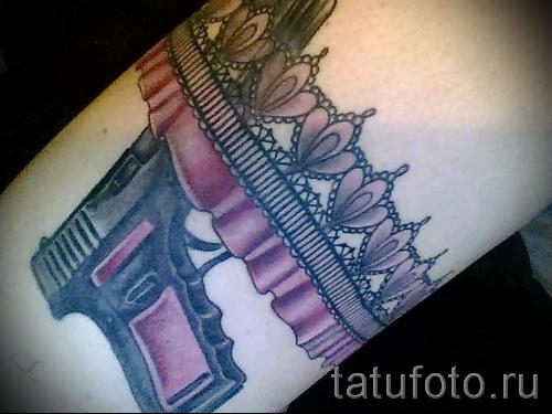Фото тату подвязка и пистолет с розовой рукояткой