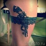 Фото тату подвязка и револьвер с надписями