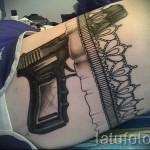 Фото тату подвязка и черный пистолет