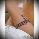 Фото тату подвязка на стройную женскую ножку