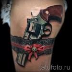 Фото тату подвязка с пистолетом и бантик с черепом
