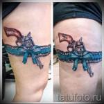 Фото тату подвязка с пистолетом и голубой бант