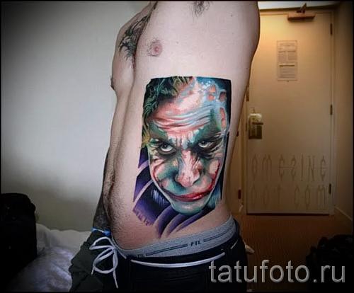 фото пример тату джокер - большая татуировка на боку у мужчины