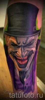 фото пример тату джокер в котелке – татуировка вниз ноги для парня