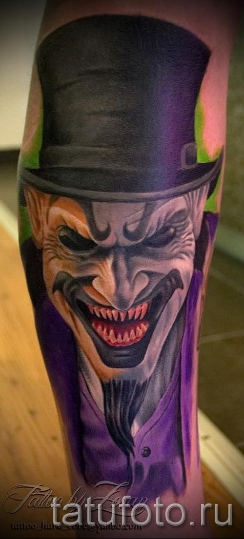 фото пример тату джокер в котелке - татуировка вниз ноги для парня