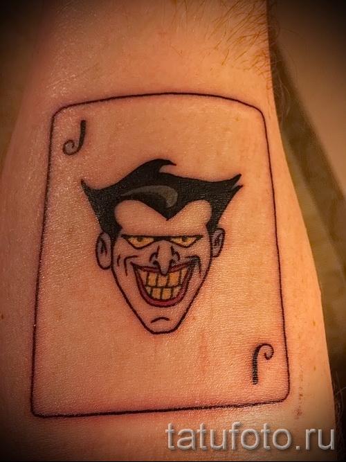 фото пример тату джокер - символ на игральной карте