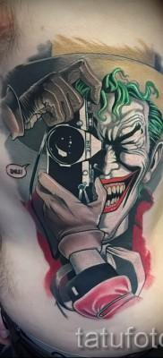 фото пример тату джокер с фотоаппаратом – татуировка на боку