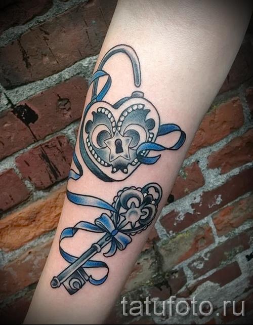 Тату замок и ключ фото пример - вариант с лентой на руку девушке