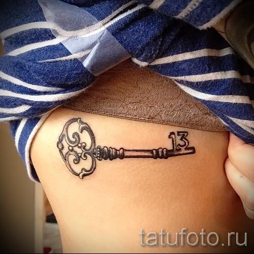 Тату ключ на ребрах под грудью девушки