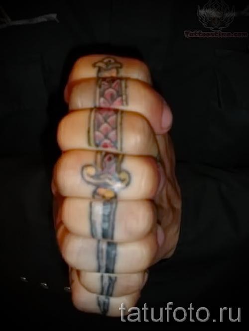 Тату нож на все пальцы
