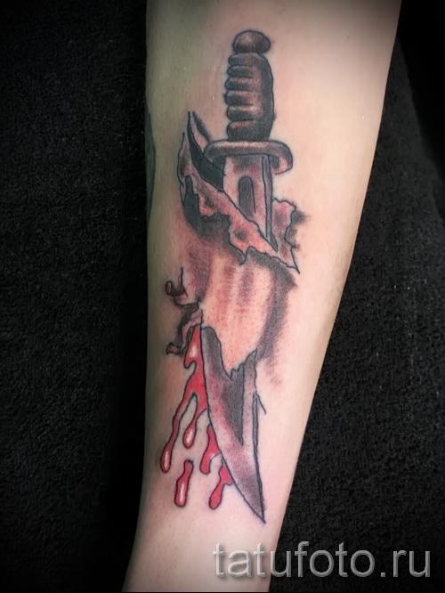 Тату нож режет кожу на руке