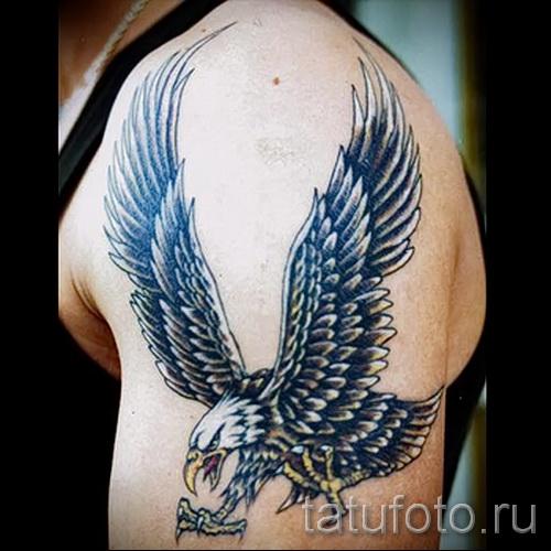 Тату орел бросается когтями на жертву
