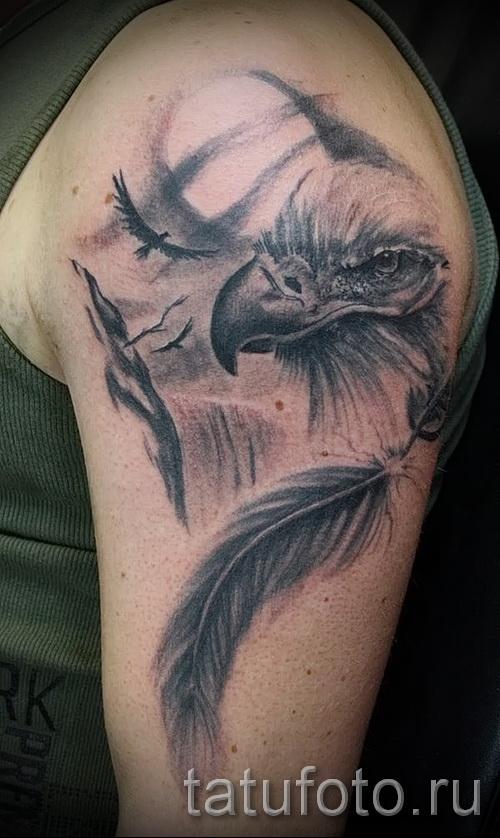 Тату орел и перо на плече